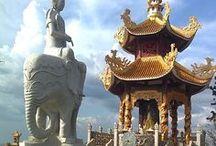 Vietnam - La terra verso il Sud / Il Vietnam, conosciuto ufficialmente come Repubblica Socialista del Vietnam, è uno Stato del sud-est asiatico. Confina a nord con la Cina, a ovest con il Laos e la Cambogia, a est e a sud si affaccia sul mar cinese meridionale, che tra l'isola cinese di Hainan e il nord del Vietnam forma il golfo del Tonchino. A sud per un breve tratto il Vietnam si affaccia sul golfo del Siam.