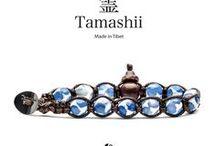 """Tamashii - Bracciali Painted / La collezione Tamashii """"Painted"""" si ricollega al tradizionale bracciale tibetano e all'usanza locale di aggiungere decorazioni a quelli che generalmente sono semplici pietre o palline di legno.  I disegni possono avere forme e colori differenti con significati più o meno soggettivi. Nel caso dei Tamashii Painted, i disegni non hanno alcun particolare riferimento ideologico e il significato del bracciale è da ricondurre alla pietra di base."""