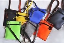 EASY Bag / Tracollina in neoprene® in brillanti colori. Mis. cm. 33 x 26 Small shoulder belt bag in bright coloured neoprene®. Mes. cm. 33 x 26