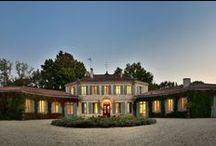 Le Domaine - Château / «Belle demeure bourgeoise construite en 1763 sur les restes du château féodal ...»  Le château est constitué d'un corps de bâtiment octogonal et de deux ailes. De magnifiques dépendances complètent cet ensemble : orangerie, chais, grange, sellerie, écuries, puits…