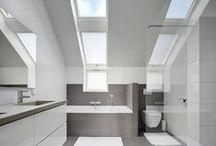 Badkamer trends / Inspiratie voor het verbouwen van een badkamer onder een schuine wand. Ruime, trendy badkamers met veel daglicht door het dakraam.