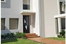 Portes d'entrée / Retrouvez notre collections complète de portes d'entrée : portes d'entrée alu et PVC, portes blindées.