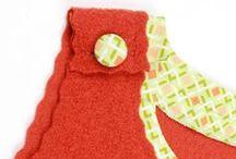 Trägerkleid Lene / hat ein große Beuteltasche, die viel Platz für Kleinigkeiten bietet