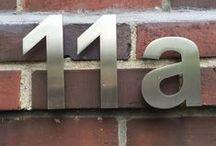 """11 A / Jedes Haus hat eine Geschichte. Zinken zeigen, wer sich an der unteren Nordstraße in Meerbusch herumgetrieben hat. Und sie zeugen vom Zeichenverkehr am Tante-Emma-Laden, der sich in dem Eckhaus befand, bevor die Agentur gleichen Namens in der Wanheimer Straße 11a Quartier nahm. A heißt im Rotwelschen """"hat hier gearbeitet"""". Wir arbeiten hier an der Konzeption und Kreation von Kommunikation – von A bis Z. Unser Motto: Eine gute Idee ist eine Idee anders. Neugierig geworden? Herzlich willkommen!"""