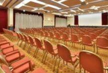 Meeting & Congress / Diverse Sale Meeting presenti nelle nostre strutture. Capaci di ospitare fino a 400 persone, adatte a colloqui, riunioni, congressi... Insomma l'ideale per ogni tipo di meeting!