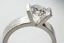 Pasión por los diamantes / El diamante es la piedra por excelencia del compromiso, la pureza y la eternidad. Una joya imperecedera, que reluce y enamora al que la lleva. En nuestro taller creamos joyas personalizadas con diamantes de la mejor pureza y calidad, a precios de fábrica. Un lujo a tu alcance!
