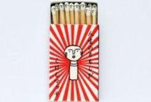 こけしマッチ / http://www.kokeshi-m.com/ こけしマッチ. マッチ頭部にこけしの顔ありき。人生のともしび。 販売中の商品 · こけし マッチ. マッチ頭部にこけしの顔ありき。
