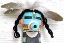 Kachina / Katsina / Kosheki /Momiji /mAdAmE mO etc....Visible-Invisible /  _Arts pour les dieux- sculptures artisanales-médium bois  _Culture Hopi _Poupées amérindiennes en hêtre    _Poupées japonaises en cerisier, poirier_ Poupée Tissu