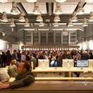 Munich Creative Business Week / Als Programmpartner der dritten »Munich Creative Business Week«, Deutschlands größtem Design-Event, begrüßten wir rund 150 Designbegeisterte aus Unternehmen, Hochschulen und Agenturen. Nach einer Führung durch unsere große Halle hielt Managing Director Simon Betsch einen Vortrag zum Thema »Marken aktivieren – warum eigentlich?«.