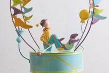 Schlumpeter / Pour décorer la chambre d'enfant avec l'inspiration des romans de Jules Verne, les Schlumpeters, ces magnifiques mobiles de décoration à suspendre au plafond, sorte d'improbables navires de métal, ouvrent la place à l'imaginaire et au sourire. Leurs personnages, tout en flottant dans les airs, offrent un spectacle fascinant qui appele au rêve ou à la rêverie. http://www.peluchesetjouetsenbois.fr/3188-schlumpeter-le-tambour-.html