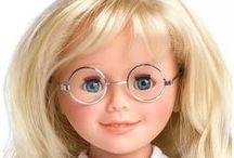 Tablica marzeń Moniki / Nosi okulary. Monika to prawdziwy kapitan w spódnicy!  Jest czujna jak detektyw i zawsze gotowa walczyć o sprawiedliwość.  Całkiem możliwe, że kiedyś będzie kandydować na prezydenta.