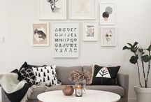 Sur les murs, l'Art / Mur de cadres, peinture murale, mur de couleur, déco masking tape et DIY envahissent les murs en vue de les personnaliser. Le mur blanc et nu ennuie. Alors lancez vous et crée une décoration à votre image ! Dernier conseil pour réussir votre mur de cadres : il faut que l'ensemble crée une forme géométrique. Alignez-les donc en rectangle ou disposez-les pour sous forme de losange par exemple.
