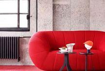 Rouge / La décoration intérieure invite la reine des couleurs chaudes le rouge dans le salon à la chambre en passant par la terrasse et le jardin.