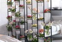 Déco de printemps / Le printemps est là. Il est grand temps de le faire rentrer dans notre décoration intérieure. Les bouquets de fleurs envahissent les commodes et des coussins colorées s'installent sur le canapé. Ainsi, on obtient une déco égayée qui donne le sourire.