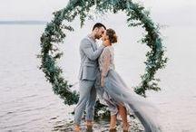 Mariage au bord de l'eau / Quelques idées pour un mariage les pieds dans l'eau. Robes, maquillage, plats, idées de photos ou encore de décoration, tout est rassemblé dans ce tableau pour vous aider à trouver l'inspiration pour votre cérémonie en bord de mer.