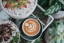 Coffee kind of day ☕ / Café du soir au matin. Bien noir au réveil ou avec le petit déjeuner au lit, le café se déguste latte après le repas ! Et idéalement on trouve un barista artiste qui dessinera un coeur ou une feuille sur notre café