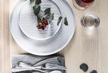 Vaisselle et nature / Pour un table tendance nous avons opté pour l'élégant et intemporel duo nature : de la jolie vaisselle blanche et des plantes. Pilea, cactus et monstera se mêlent à la porcelaine