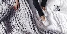 miaVILLA ♥ Kissen & Decken / Wenn wir uns es so richtig gemütlich zu Hause machen, dann gehören dazu die kuscheligsten Kissen und weichsten Decken. Ob unifarben, bunt gemustert, groß oder klein – Kissen und Decken sorgen für eine angenehme Wärme und sind ein wundervolles Accessoire in unserem Zuhause.