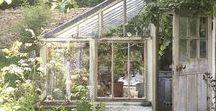 miaVILLA ♥ Gartenhäuser und Gewächshäuser /  Ein Garten- oder Gewächshaus ist zunächst immer eine tolle Sache. Zum einen bietet das Gewächshaus viele positiven Eigenschaften für alle Gärtner: das Überwintern von Pflanzen ist leicht gemacht, es bietet Schutz vor Kälte, Wind und Regen und auch Schnecken und Ungeziefer haben kaum eine Chance. Zum anderen ist ein Gewächshaus auch ein absoluter Hingucker im Garten!