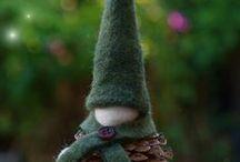 Kävyistä tehtyjä joulukoristeita / Christmas decoration made from pine cones