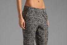 vestida con pantalón  largo o medio corto  / Pantalones de mujer, todos los estilos colores y diseños