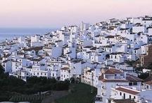 Qué ver cerca de Málaga / En el siglo VIII a. C. los fenicios fundan en la desembocadura del río Guadalhorce la colonia de Malaka. Desde entonces, la ciudad ha sido testigo de diversas civilizaciones que se han asentado en sus tierras.