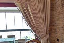 1.1.Rustik Perde Modelleri / Rustik perde adını kornişe alternatif olan rustik borulardan alır. Tül ve Kumaş perdelerin rustik borularla uygulanmış halidir. Kumaş ya da tül perdelerde korniş yerine rustik borular kullanılır.  Rustik Perde uygulaması koniş, metal ve ahşap olarak üç sınıfa ayrılır. Metal olarak sarı pirinç , krom, bronz; Ahşap olarak ceviz, meşe, kayın, maun ve istenildiği taktir de her renkte uygulanabilir.