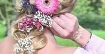 Frisuren mit BLUMEN & BLÜTEN im Haar / Blumen im Haar sind immer im Trend, egal ob im Frühling, im Sommer, im Herbst oder im Winter. Auch Haarkränze und Blumenkränze gehören natürlich dazu.  Haaraccessoires oder Haarschmuck ist halt immer eine gute Idee, in langen Haaren, in mittellangen Haaren und auch in kurzen Haaren.