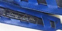 Vintage belt, handmade, by Anja Halme, 1980s / Vintage belt, handmade, by Anja Halme, beautiful electric blue/ black, leather. Mitat: 90x4 cm ( about 35x1,5 in.). Hinta/ price: 15 euro + postage 3-8 euro.  Postimaksun suuruus vahvistetaan tilauksen yhteydessä. Toimitus/ delivery: postitse/ postage. Postage cost must verify before delivery.    Kaunis käsintehty sini/ musta vintage vyö, 1980- luvulta. Ei käytön jälkiä.   https://www.tori.fi/uusimaa/Nahkavyo__design_by_Anja_Halme_36600567.htm?ca=18&w=3&last=1