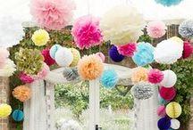 summer party / Party Dekoration für den Sommer, mit vielen Blumen, Girlanden, Pflanzen und Konfetti