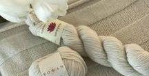 Weich, weicher, Kaschmir / Do it yourself kann so schön sein: Diese unglaublich weiche Kuscheldecke aus Kaschmir ist eines unserer absoluten Lieblingsstücke für ein kuscheliges Winter-Wochenende. #Cocooning #knitting #Stricken #diy #kuschelig #Inspiration #Winterzeit
