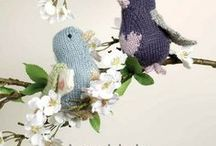 DIY Lovebirds - Be my Valentine / Passend zum Valentinstag sind die Lovebirds los, die Sue Stratford Knits für Knight Kraft designed hat. Wenn ihr die bezaubernden kleinen Vögel stricken wollt, könnt ihr das passende Garn (ihr benötigt 5 Farben british blue wool) von ErikaKnight natürlich bei uns bestellen – und wenn ihr uns nach der Bestellung per Mail schreibt, bekommt ihr die Strickanleitung gleich mit dazu! #suestratfordforerikaknight