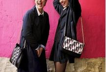 #1895 Le sac des femmes / Notre homme est souvent intrigué. Nos copines, elles, savent. Notre dos, et notre kiné tirent régulièrement la sonnette d'alarme. Le sac des femmes : un trésor au double langage.