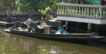 """Bangkok au fil de l'eau / Bangkok, connue pour son lifestyle débridé recèle cependant de quelques havres de paix bien gardés, le long de ses klongs (canaux) auxquels elle doit son surnom de """"Venise d'Asie""""."""