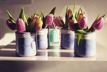 Tulpen inspiratie / Word jij ook zo blij van tulpen? Plaats ze in kleine vaasjes, een waterkan of verrijk ze met katjes. Met deze tips tover je jouw huis om tot een prachtig tulpenparadijs.