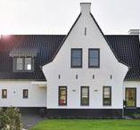 WNS Jaren 30 stijl / Een jaren dertig woning! Deze woning heeft wit gekeimde (chemische verbinding met de baksteen) muren en ter indicatie van het trasraam ook een zwart gekeimde onderkant. Met zwarte pannetjes, met een ruime woonkamer/woonkeuken maar wel in één ruimte, met diverse hoekjes.