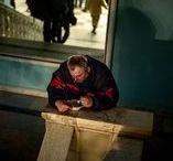 Le Pain et la Mort - Aurélien Gabriel Cohen / Entre décembre 2013 et février 2014, le durcissement de la révolte de Maïdan, en Ukraine, a fait basculer le centre de Kiev d'un camp fortifié à un champ de bataille. Dans cette série, par l'entre- croisement d'images prises avant et après les affrontements meurtriers du 20 février, Aurélien Gabriel Cohen interroge la figure d'un Janus révolutionnaire, tenant ensemble le quotidien et le combat, la logistique et la stratégie, le pain et la mort. http://www.collectifperiscope.com/