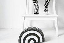 KIDS   Kinderkoffertjes / Op dit bord vind je de leukste kinderkoffertjes in zwart/wit, maar ook in zoete kleurtjes. Met hartjes of een lieve Panda en natuurlijk kan ook een unicorn niet ontbreken. Genoeg inspiratie voor een kartonnen koffertje (cardboard suitcases)!