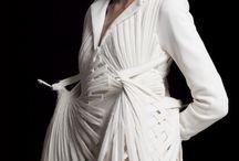 trend´s { EXTRAVAGANT } wom. / ausgefallen, futuristisch, teilweise androgyn, extravagante Eleganz. Plastik, revolutionären Stoffen wie PVC  Designer: Issey Miyake, Alexander McQueen, jean paul gaultier, Iris van Herpen