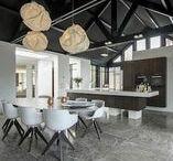Keukens || Design / Al deze design keukens zijn luxe en strak afgewerkt, of je nu voor zwart, wit, hoogglans of hout kiest.