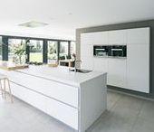 Keukens    Modern / Strakke lijnen maken een moderne keuken. Er wordt weinig gebruikgemaakt van ronde vormen en de kracht zit hem in het minimalisme. Doe ideeën op voor de verschillende mogelijkheden in kleur en materiaal!