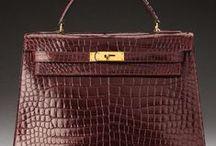 Haute-Couture / Les ventes Haute-Couture présentent une fine sélection d'articles vintage d'une réelle qualité et signés de marques prestigieuses. En effet la griffe, l'état et la qualité restent des critères absolus pour les créateurs, collectionneurs et les fashionista qui fréquentent ces ventes.