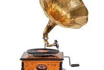 Grammophon - Gramophone / Nostalgie Grammophon im Stile der antiken Zeit, mit wunderschönem Holzgehäuse. Wie auf den Fotos zu sehen eine dekorative Arbeit, hergestellt nach altem Vorbild. Das Holzgehäuse wurde rundum im Stile der alten Handwerkskunst veredelt. Die Verzierungen aus Aluminium sind aufwendig genagelt und machen das Grammophon zu einem Prunkstück. Mehr dazu in unserem Shop. #werbung #music #dekoration #aubaho #antik #decoration #grammophon #gramophone #musik #instrument #auktionshausbadhomburg