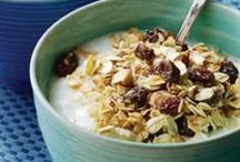 DIY Breakfast cereals and snacks / To get away from processed foods that are expensive and bad for our health, I am doing my best to make my own cereals and snacks rather than pour them out of cardboard boxes. I LOVE things like muesli and granola so I am collecting recipes here in order to have a go to spot to get them. :)