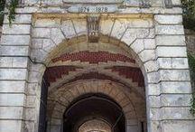 Le fort de St-Cyr / Le département de la photographie de la MAP est installé dans le fort de Saint-Cyr. Situé dans la commune de Montigny-le-Bretonneux (Yvelines), ce fort militaire fut construit à la fin du XIXe siècle pour assurer la défense de Paris.