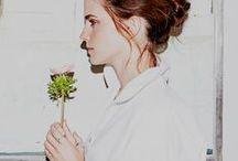 Emma Watson / Táto stránka je o jednej z najtalentovanejších a aj najkrajších herečiek, ktoré poznám. Je o Emme Watson. Táto herečka je mojím idolom už od doby, kedy som sa ponorila do sveta Harryho Pottera. A aj v nasledujúcich filmoch mi ešte viac dokazovala, prečo ju mám mať rada. No a bola škoda, keby som nezvečnila jej krásu v jednej z mojich násteniek. Tak, tu ju máte: