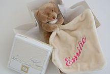 Cadofil.com / broderie personnalisée / Le site Cadofil.com (http://www.cadofil.com/) est une broderie en ligne qui permet de personnaliser ses cadeaux par la broderie. Du cadeau de naissance au cadeau d'anniversaire en passant par le cadeau de Noël ou la fête des mères.