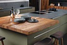 Küchenkonzepte von INTUO / INTUO bietet zwei Küchenkonzepte an, die jeweils einen eigenen Designcharakter haben. EPIZODO Küchen stehen für klare, ausdrucksstarke Formen und hohe Körperästhetik. PERSONECO Küchen zeichnen sich durch Individualität und einer starken Persönlichkeit aus. Entdecken Sie unsere Planungsbeispiele, tauchen Sie in die Raumbilder von ELANO, GOJO und Co und finden Sie Ihren Stil.
