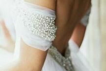 Shimmering Pearl Wedding Ideas / Embrace the beauty of pearls throughout your wedding day scheme