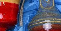 Keramik - Kunst und Dekoration / Ein tolle Geschenkidee ist dekorative Keramik. Da findet man tatsächlich zu jedem Topf einen Deckel weil Keramik unendlich vielseitig ist. Von prunkvoll mit Blattgold über knallbunt bis zu schlichter Engobe ist alles dabei. Dazu kann Keramik nicht nur als Dekoration dienen sondern auch zum Gebrauch. Handgefertigt vom Töpfer ist sie auf jeden Fall ein Unikat und eine tolle Geschenkidee (auch zum selber machen oder behalten)